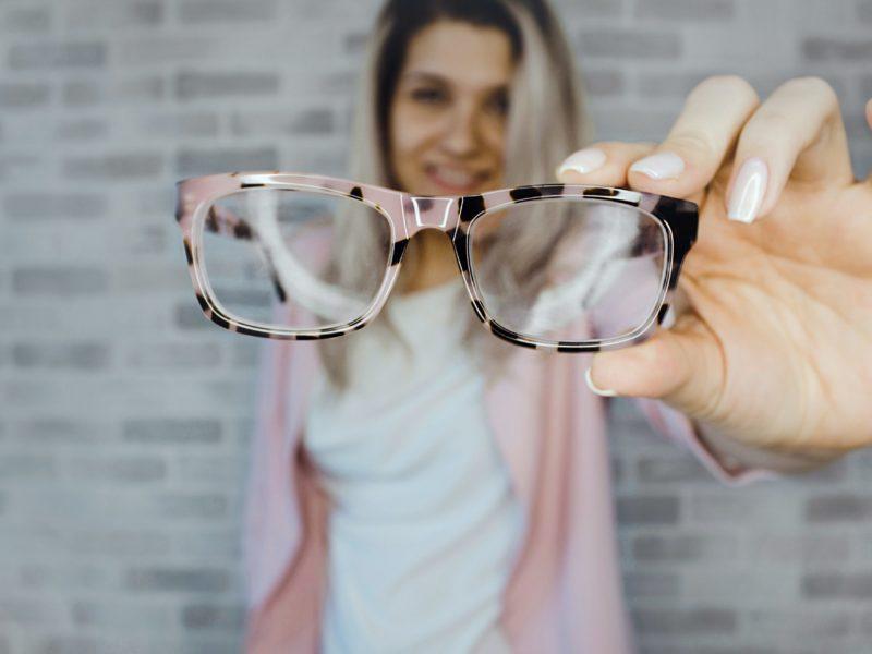 Frau zeigt eine modische Brille